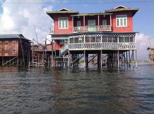 在水上用木塔的高腳屋 ( 1 )