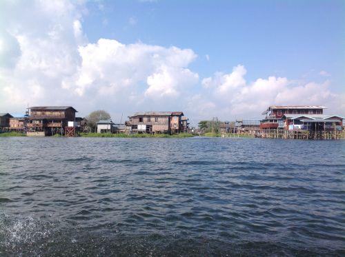 在水上用木塔的高腳屋 ( 2 )